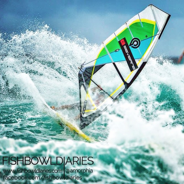 @marciliobrowne briliantly sailed his way into the final of PWA Aloha Classic sibgle elimination. Men's final heat should start soon. Go Brawzinho!!! Meanwhile @fiona_wylde is sailing a semi final women's heat. Go Fiona! (Photo: @amorphia ) #goyawindsurfing #mfchawaii #211components #quatro_international #pwaworldtour #alohaclassic #maui #sun #sea #waves #wind #surfing #style #radical #picoftheday #hawaii #yolo