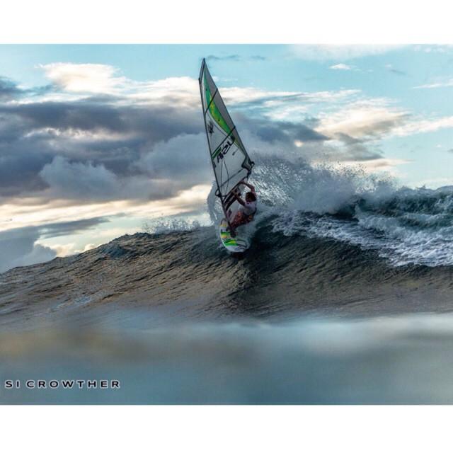 Now sailing is @grahamezzy Go Graham! Smash these waves to bits!!! (Photo: @si_crowther ) #pwaworldtour #alohaclassic #quatro_international #ezzy_sails #wind #surfing #style #waves #sun #maui #hawaii #fun #sea #instadaily #picoftheday