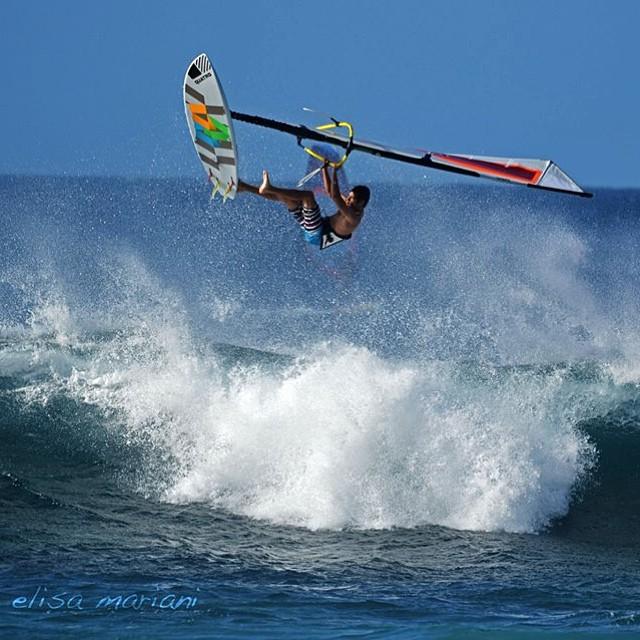 1 foot aerial ?! #crash #onefoot #windsurf #fedeinfantino #ita999 #bordighera #maui #hawaii #goyawindsurfing #quatrointernational #mfchawaii #airtime #fly #surf #wave #gopro #usa #nixon #ocean #alohaclassic #aloha #hookipa #nature