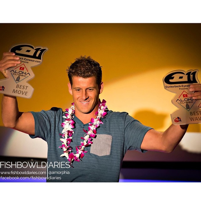 Mi #tbt recibiendo el trofeo de la mejor ola y otro de la mejor maniobra en Hawaii - my #throwbackthursday is when Is received the best wave and best move trophy at the Aloha Classic , what an honor ! #windsurf #windsurfing #hawaii #alohaclassic #mividaelmar #v111
