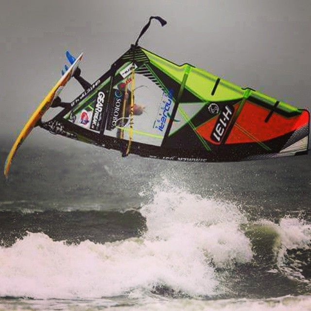Going for a loop during the Dutch Championship Wave yesterday. Think I overrotated this.... #crash #windsurfing #wave #alohaclassic #wijkaanzee #flying #fun #simmerstyle #rrd #gearfreak #brunotti #brunottiworld #sorobon #windjeri